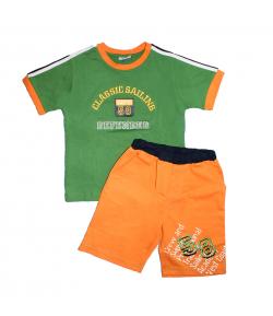 Yatsi- Méregzöld színű, nyakán narancs szegővel díszített póló -narancs színű rövidnadrággal 3 év